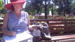 Il y a quelques jours, notre Isabelle Morin est retournée dessiner devant le parc Disneyland Paris. Il s'agissait de croquis à vue, un exercice que l'on pourrait appeler dessin de représentation, d'après nature. Il est ce que l'œil perçoit de l'objet réel, de telle sorte que l'étendue spatiale représentée ne tient pas de l'acte photographique mais de l'acte de déposer traits & taches de couleurs, ombres & lumières selon notre vision intérieure, dans l'expectative de créer une image vivante. Le travail d'Isabelle tient ici de la représentation sommaire & suffisante par elle-même, rendre l'objet dans son étendue spatiale avec un minimum d'informations.