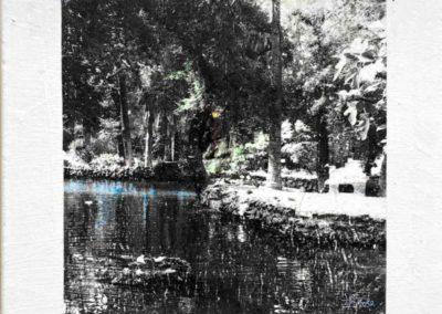 """Série Empreintes / """"Empreinte N3"""", rivière bleue, technique de transfère d'images sur toile , et retravaillé à l'encre en monochrome 40x40x10 cm, 2020"""