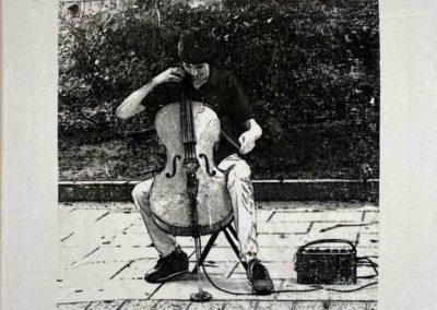 """Série Empreintes / """"Empreinte N2"""", le violoncelliste, technique de transfère d'images sur toile , et retravaillé à l'encre en monochrome 40x40x10 cm, 2020"""