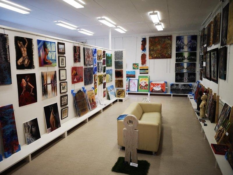 Françoise Augustine ist in der Schweiz, die Online-Kunstgalerie Les Koronin lädt zum Besuch der Ausstellung ein.